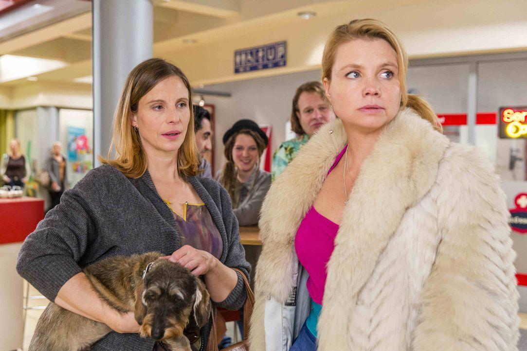 Dorothea Falkenmayer (Julia Jäger, l.) wurde anonym von einem Chatroom-Besucher angezeigt, ein zu inniges Verhältnis mit ihrem Hund zu haben. Danni... - Bildquelle: Frank Dicks SAT.1