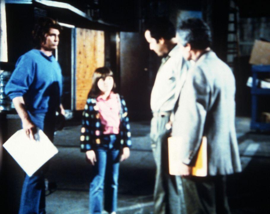 Jonathan (Michael Landon, l.) stellt die kleine Carla (Laura Jacoby, 2.v.l.) vor: Sie soll den Kinderstar Lori ersetzen. - Bildquelle: Worldvision Enterprises, Inc.
