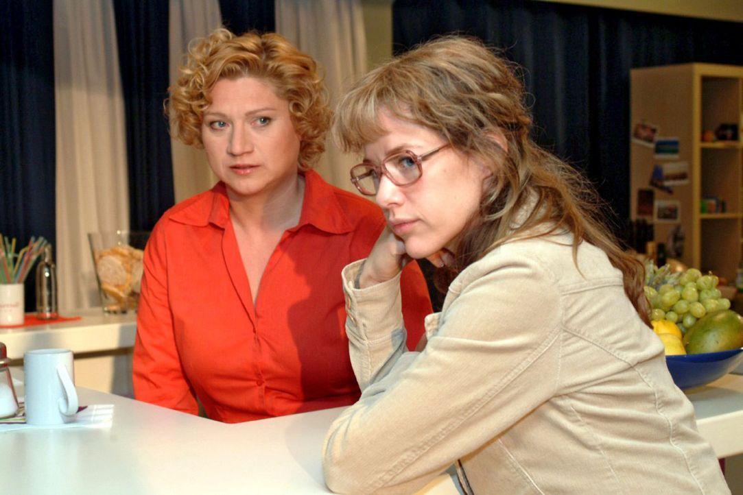Lisa (Alexandra Neldel, r.) muss von Agnes (Susanne Szell, l.) erfahren, dass Jürgen ausgerechnet Sabrina Geld zugesteckt hat. (Dieses Foto von Alex... - Bildquelle: Monika Schürle Sat.1