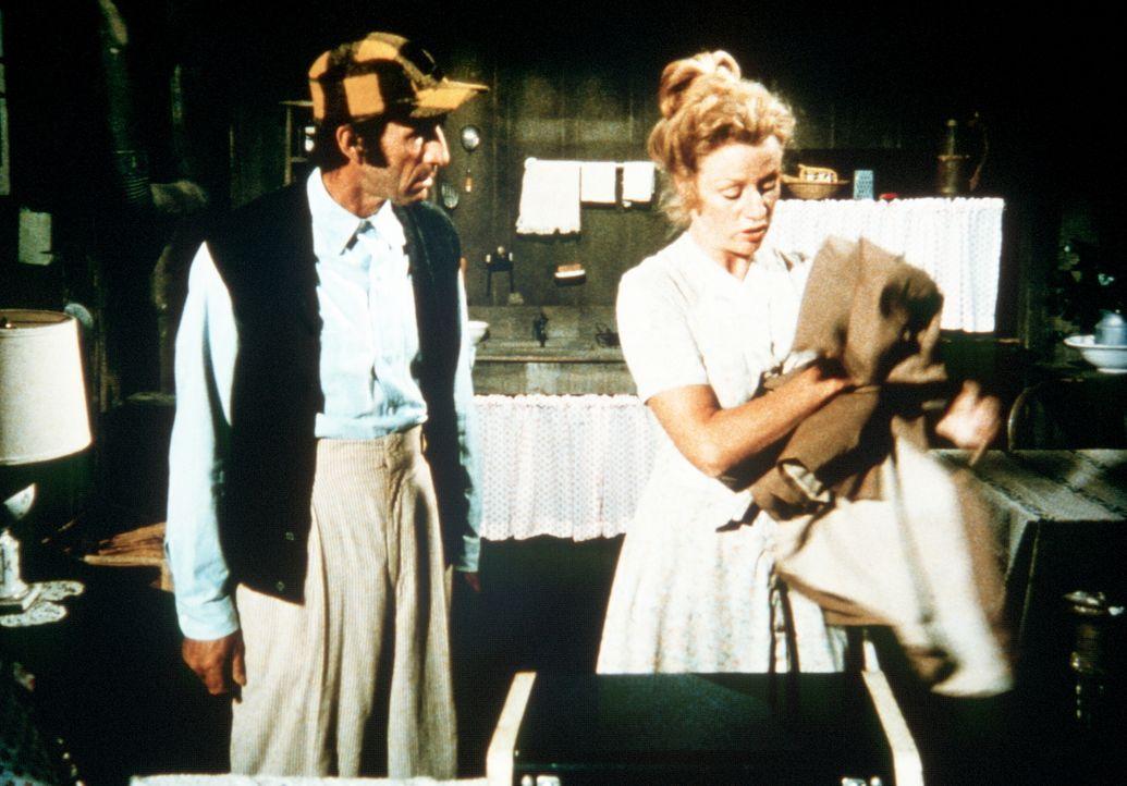 Sissy Tucker (Cissy Wellman, r.) verlässt ihren Mann Yancy (Robert Donner, l.). Der kann ihren Entschluss nicht begreifen. - Bildquelle: WARNER BROS. INTERNATIONAL TELEVISION