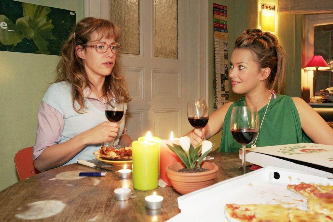 Hannah (Laura Osswald, r.) und Yvonne schlagen Lisa (Alexandra Neldel, l.) vor, gemeinsam in eine WG zu ziehen - ob Lisa das Angebot annimmt? (Diese... - Bildquelle: Noreen Flynn Sat.1