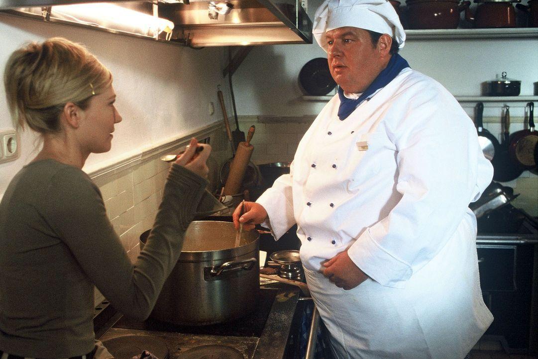 Gottfried Engel (Ottfried Fischer, r.) schleust sich als Koch in das Heim ein, um intensiv recherchieren zu können. Silke Freese (Johanna Christine... - Bildquelle: Krumwiede SAT.1 / Krumwiede