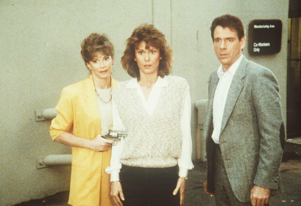 Carla (Pamela Susan Shoop, l.) und Barry (Peter Evans, r.) bringen Amanda (Kate Jackson, M.) in ihre Gewalt ...