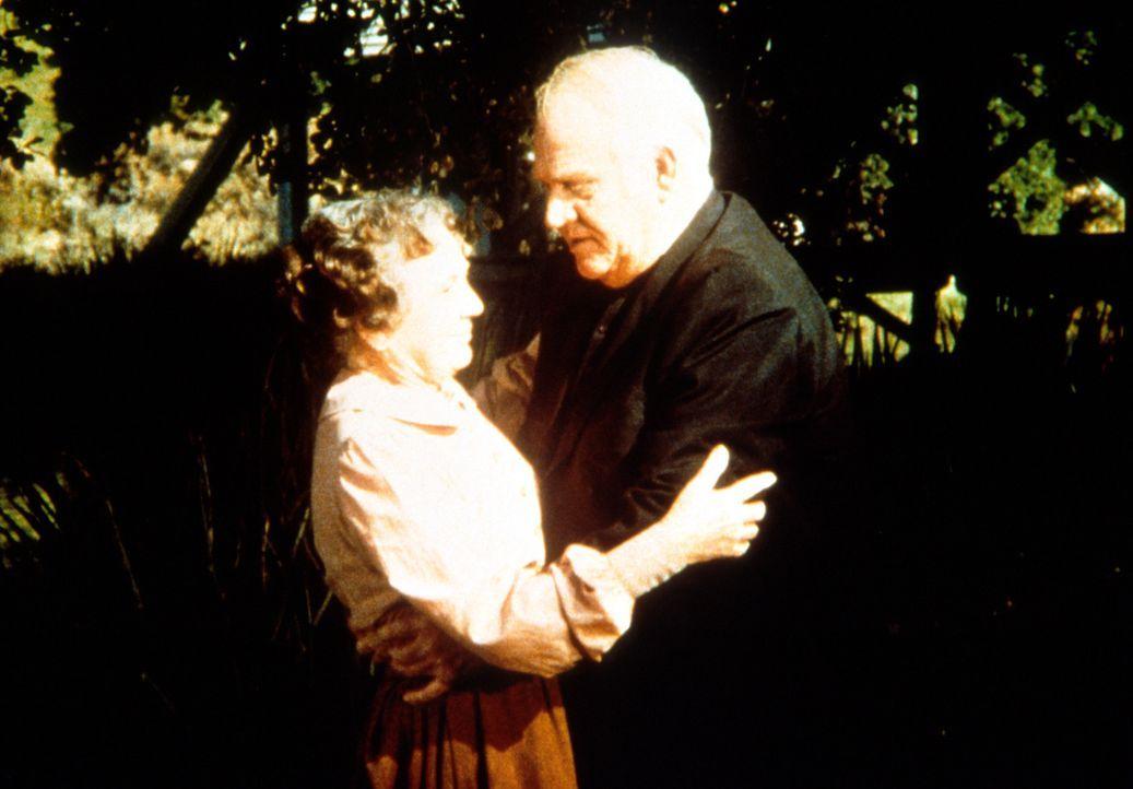 Reverend Alden (Dabbs Greer, r.) stellt Anna Craig (Iris Korn, l.) zur Rede. Sie war nicht am verabredeten Treffpunkt und wirkt völlig verändert. - Bildquelle: Worldvision