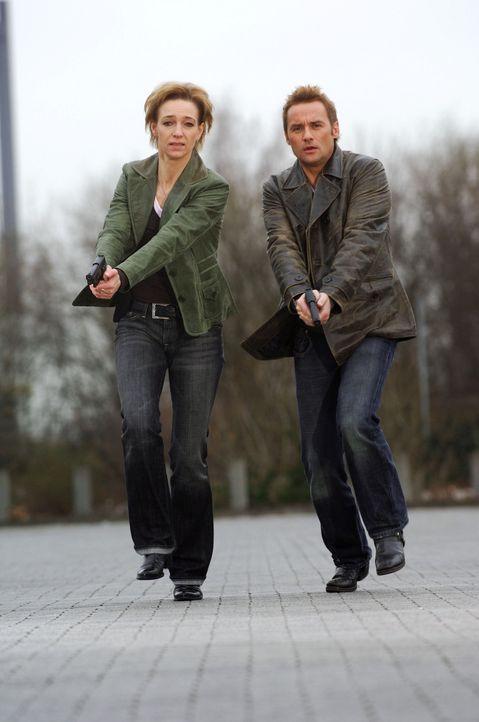 Kommissar Bernd Kuhnt (r.) und seine Kollegin Conny Niedrig (l.) - Bildquelle: Stefan Menne Sat.1