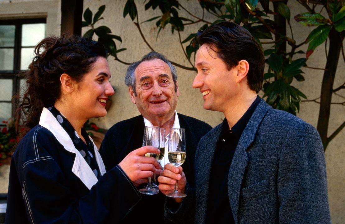 Anne (Anne von Linstow, l.) und Dr. Kampmann (Ulrich Reinthaller, r.) stoßen mit Albert (Walter Schultheiß, M.) an. - Bildquelle: Krajewsky Sat.1