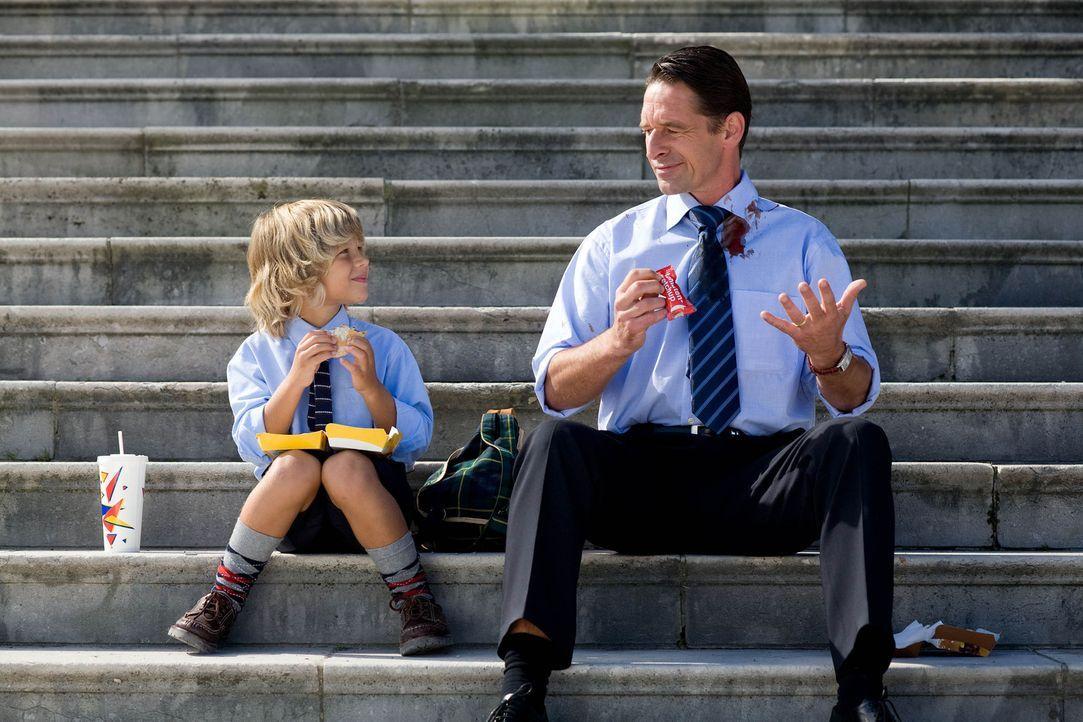 Der kleine Benny (Filippo Kreindl, l.) amüsiert sich königlich darüber, dass Papa (Max Tidof, r.) nicht einmal Ketchup-Tütchen öffnen kann, ohne sic... - Bildquelle: Chris Hirschhäuser Sat.1