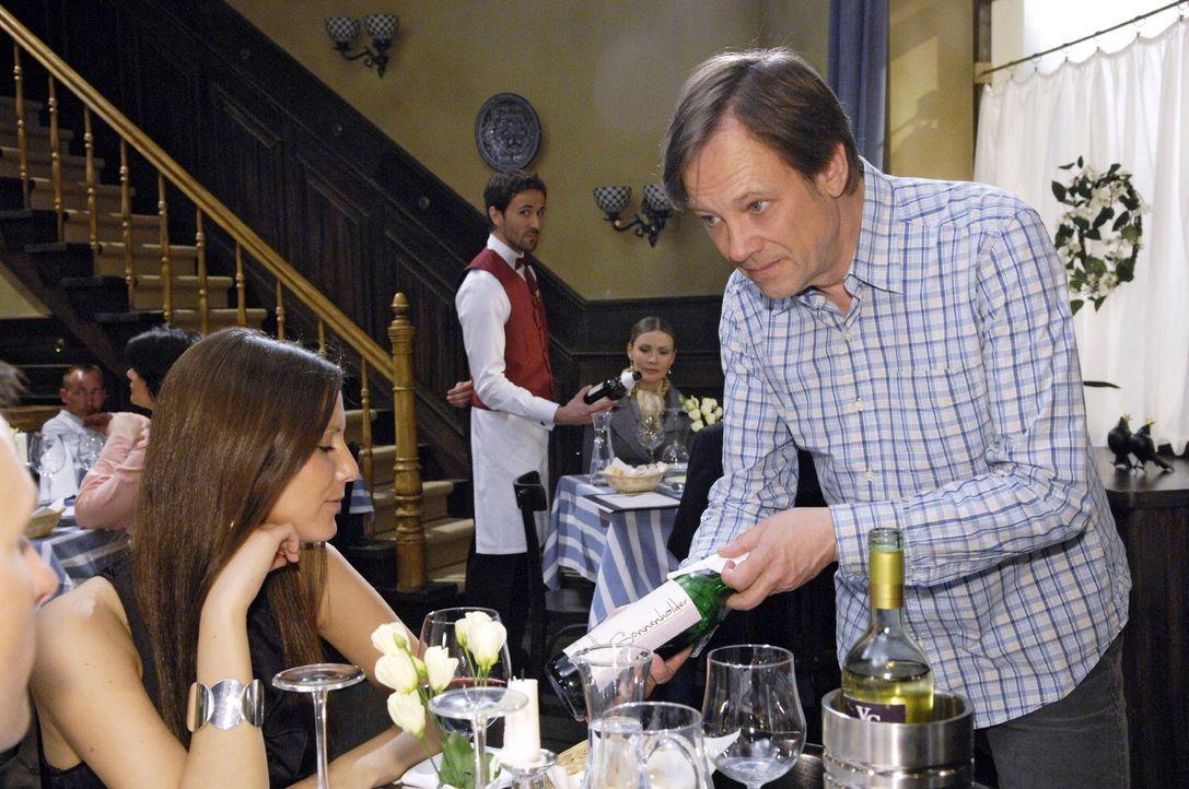 Armins Strategiewechsel beim Weinverkauf zahlt sich aus. v.l.n.r.: Georg Sander (Peter Günther), Armin (Rainer Will). - Bildquelle: Claudius Pflug Sat.1