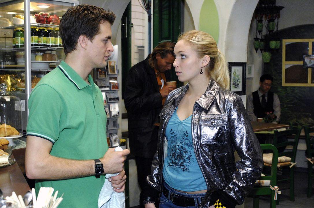 Nancy (Jil Funke, r.) ist in den Coffeeshop gekommen, um sich von Lars (Alexander Klaws, l.) zu verabschieden. - Bildquelle: Oliver Ziebe Sat.1