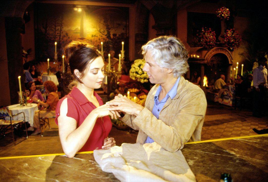 Luise (Julia Richter, l.) gibt Max (Philipp Brenninkmeyer, r.) den Ring zurück. - Bildquelle: Frank Hempel Sat.1