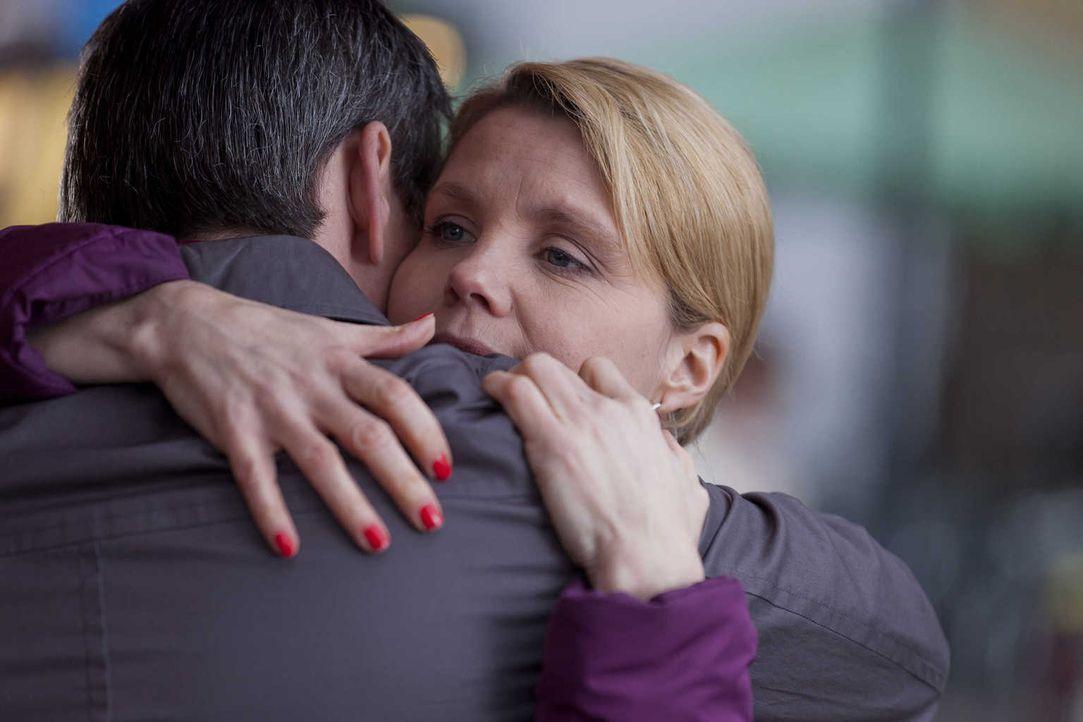Während Danni (Annette Frier, r.) an einem neuen Fall arbeitet, macht ihr die anstehende Veränderung in Ollis (Jan Sosniok, l.) Leben mehr zu schaff... - Bildquelle: Frank Dicks SAT.1