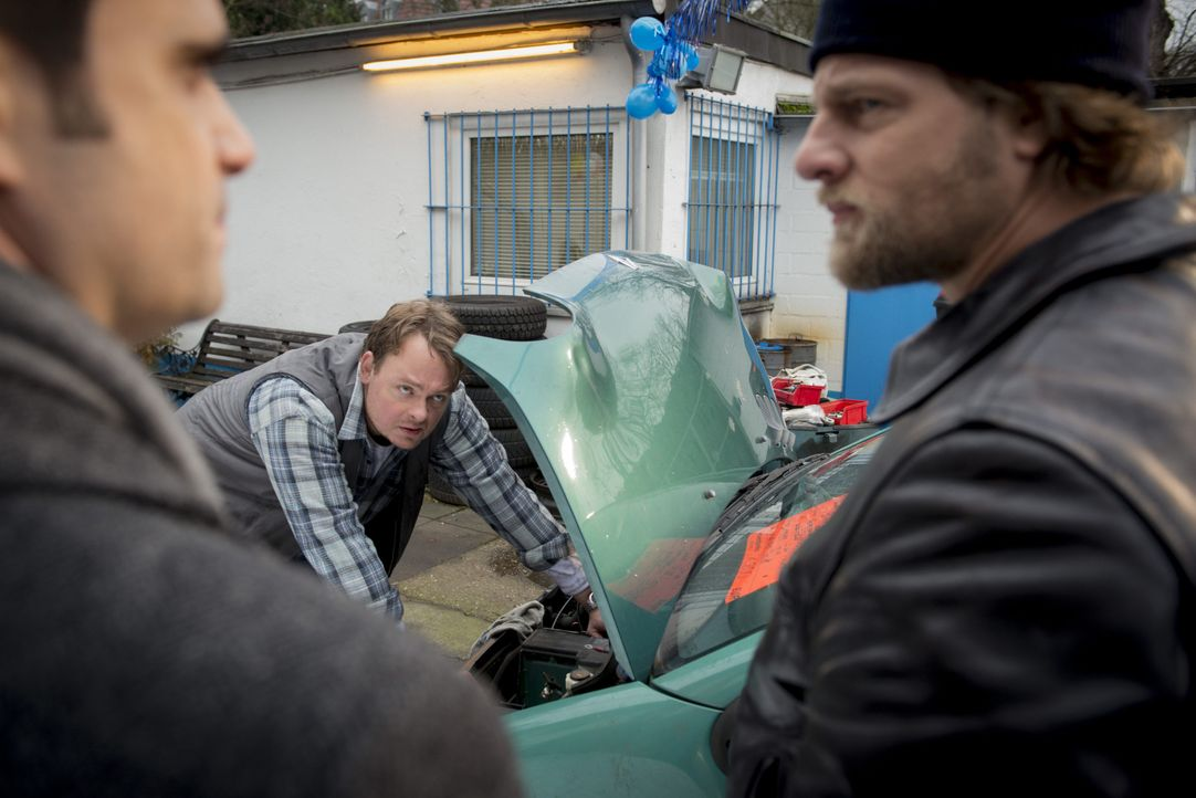 Haben Mick (Henning Baum, r.) und Andreas (Maximilian Grill, l.) in Toni Barsch (Sascha Nathan, M.) den gesuchten Mörder bereits gefunden? - Bildquelle: Martin Rottenkolber SAT.1 / Martin Rottenkolber