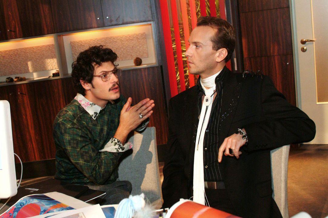 Rokko (Manuel Cortez, l.) zeigt Hugo (Hubertus Regout, r.), dass er an seiner Arbeit interessiert ist. Doch Hugo hält sich noch zurück. - Bildquelle: Monika Schürle Sat.1