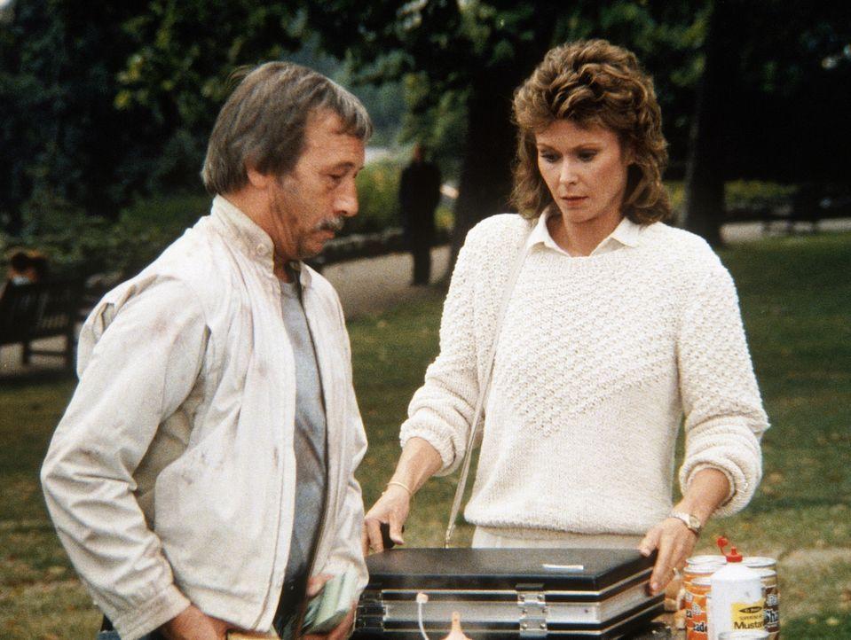 Amanda (Kate Jackson, r.) als Diamantenhehlerin. Alby (Harry Fowler, l.) gibt ihr dafür eine Million Dollar. - Bildquelle: CBS Television