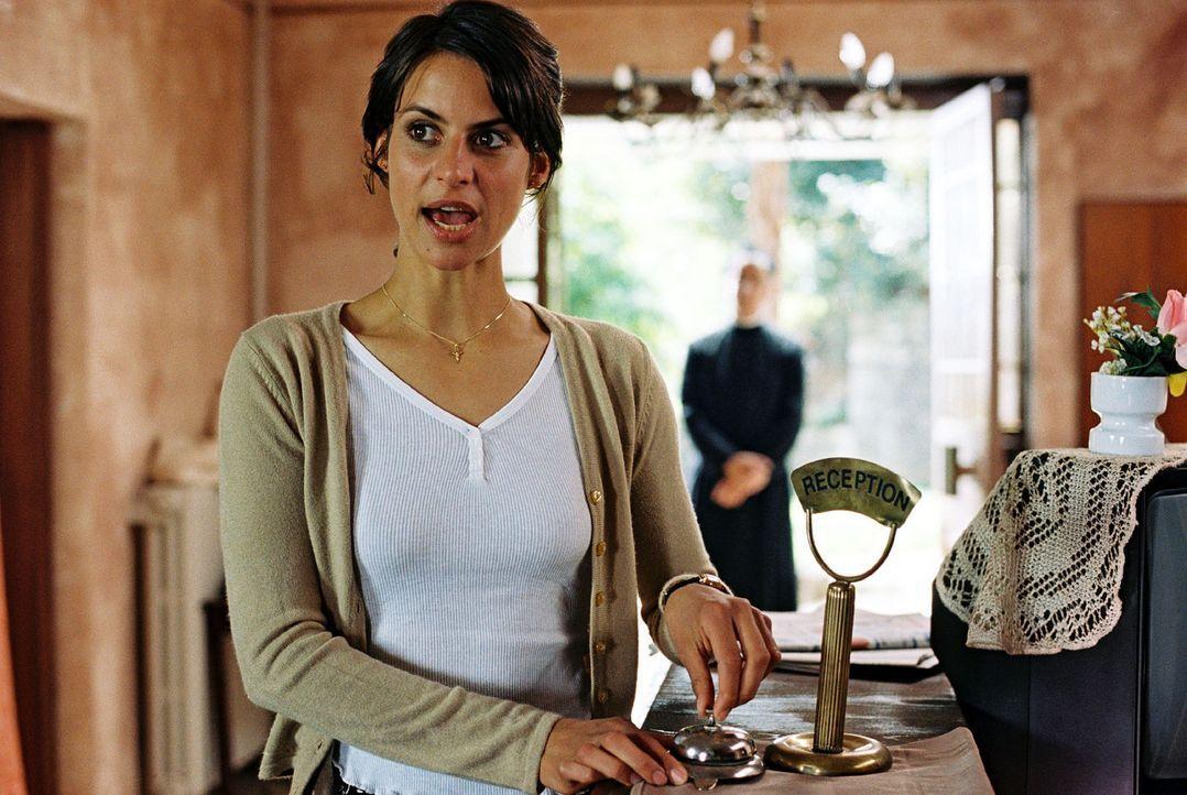 Maria (Liane Forestieri) hat die Lösung für Jans Problem. Padre Anselmo ist bereit, seine Handwerker für den Umbau der Villa Liberta zur Verfügung z... - Bildquelle: Walter Wehner Sat.1
