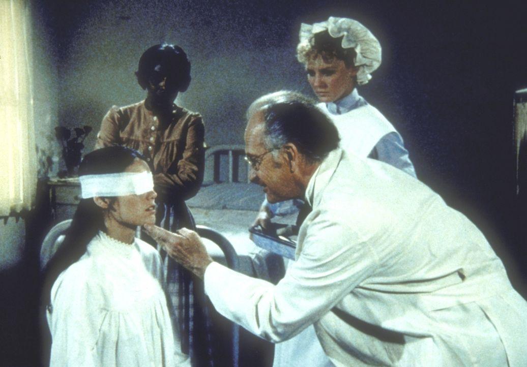Doktor Vanderan (Walter Edmiston, M.) ist gespannt, ob Janes (Jill Schoelen, l.) Augenoperation erfolgreich war. - Bildquelle: Worldvision