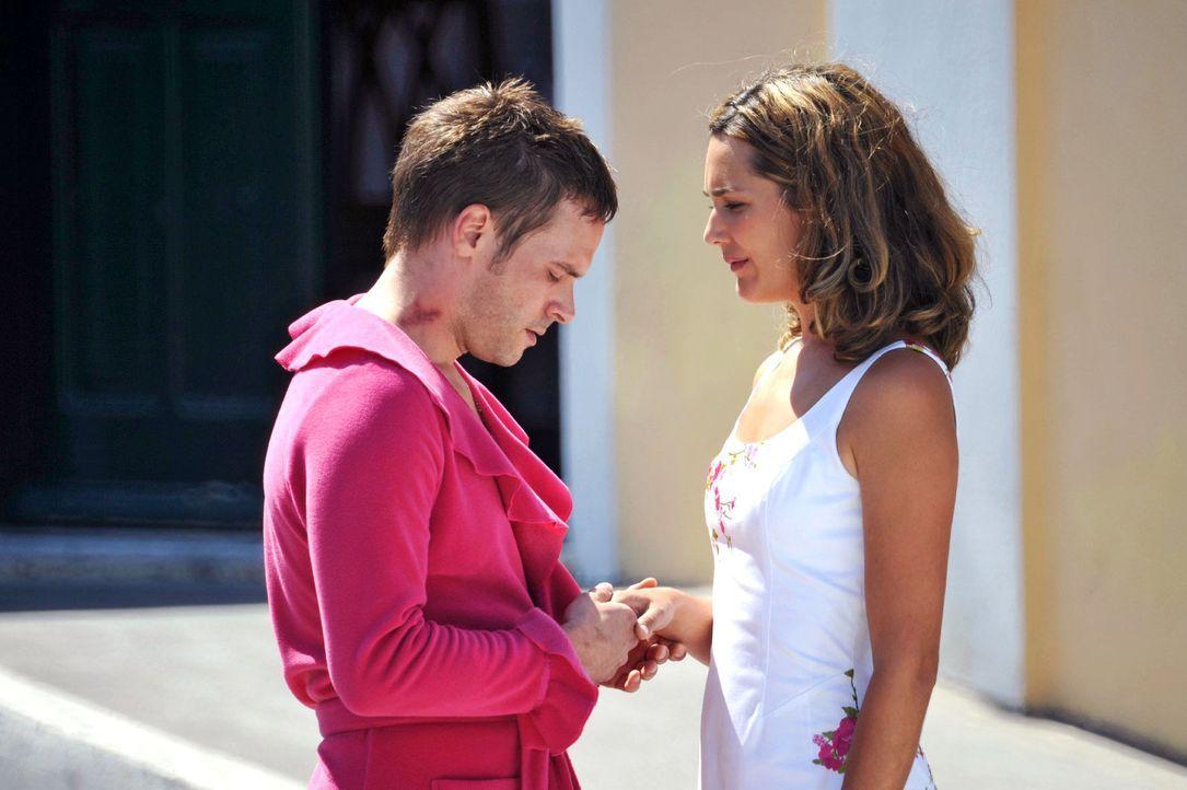 Vanessa (Alissa Jung, r.) scheint am Ziel: Nachdem sie Tim (Wanja Mues, l.) aus dem Polizeiarrest rausgeholt hat, bittet er sie kleinlaut um Vergebu... - Bildquelle: Hardy Brackmann Sat.1