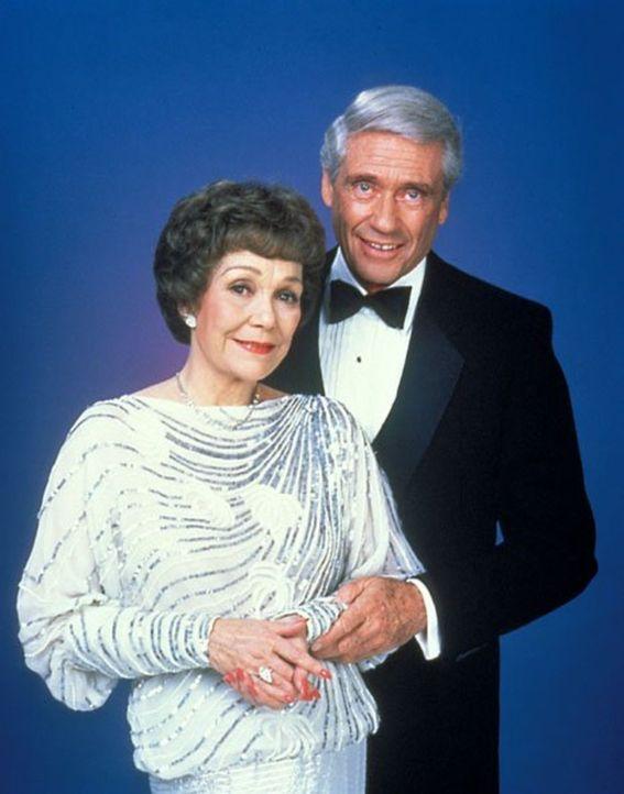 (3. Staffel) - Angela (Jane Wyman, l.) und Philip (Mel Ferrer, r.) mischen das Falcon Crest wieder gewaltig auf ... - Bildquelle: 1984   Warner Brothers