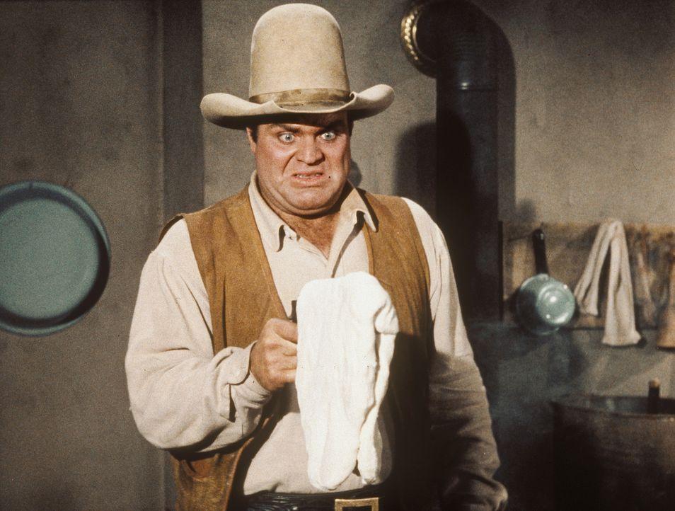 Weil ein Kuchenteig auf dem Lauf hängt, hat Hoss Cartwright (Dan Blocker) eine Ladehemmung. - Bildquelle: Paramount Pictures
