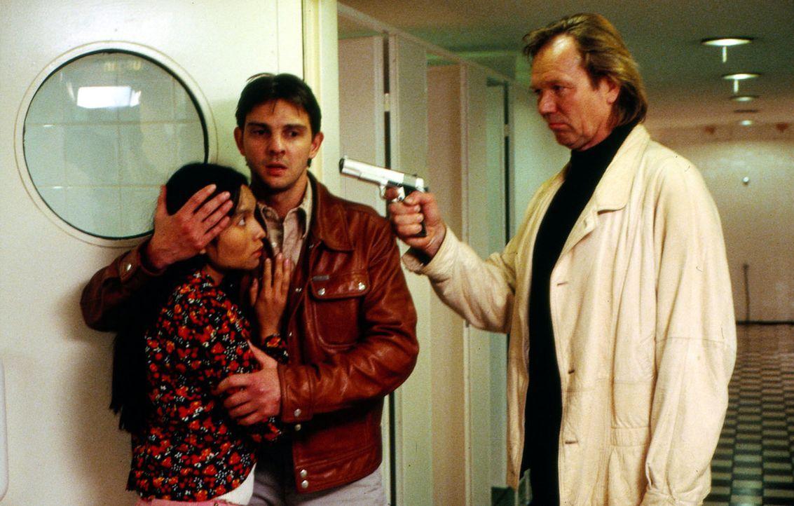 Tom Borkmann (Steven Merting, M.) und die Thailänderin Puk (Sirimad Link, l.) sind in der Gewalt des Boutiquenbesitzers Westhoff (Rüdiger Kirschstei... - Bildquelle: Alfred Raschke Sat.1