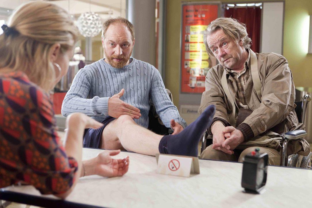 Kurts (Axel Siefer, r.) neuer Freund Tom (Rainer Sellien, M.), möchte die Amputation seines gesunden Beines einklagen und gemeinsam bitten sie Danni... - Bildquelle: Frank Dicks SAT.1