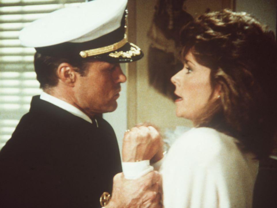 Amanda (Kate Jackson, r.) hat den entlassenen Agenten Crawford (Art Hindle, l.) bei einem Einbruch in die Zentrale ertappt ...