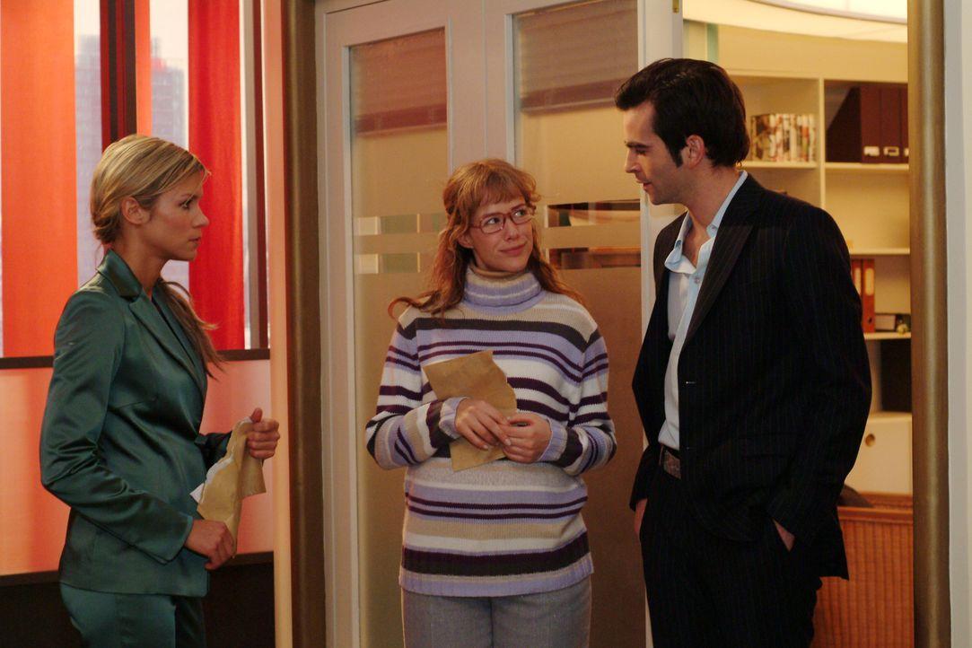 Lisa (Alexandra Neldel, M.) ist fassungslos vor Glück, als David (Mathis Künzler, r.) sie vor Sabrina (Nina-Friederike Gnädig, l.) in Schutz nimmt.... - Bildquelle: Monika Schürle Sat.1
