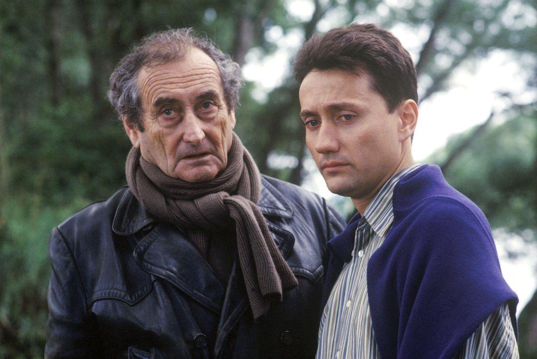 Albert Kampmann (Walter Schultheiß, l.) sorgt sich um seinen Sohn Markus (Ulrich Reinthaller, r.), der sich nach Corinnas Tod völlig zurückgezogen h... - Bildquelle: Bernd Spauke Sat.1