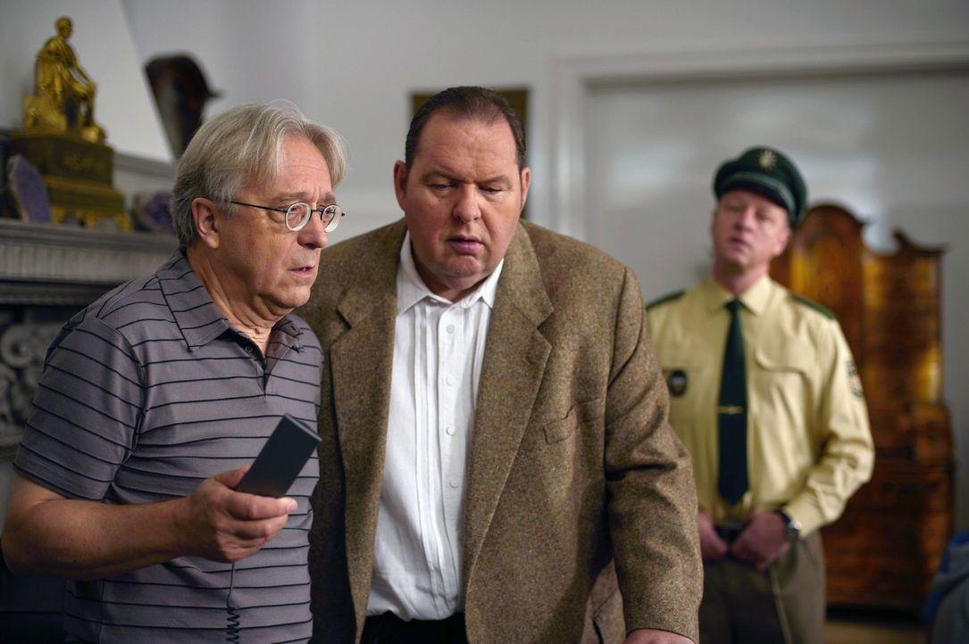 Die Kidnapper verlangen von Rambold (Gerd Anthoff, l.) eine Million Euro Lösegeld. Er und Benno (Ottfried Fischer, M.) beschließen, die Polizei auße... - Bildquelle: sat.1