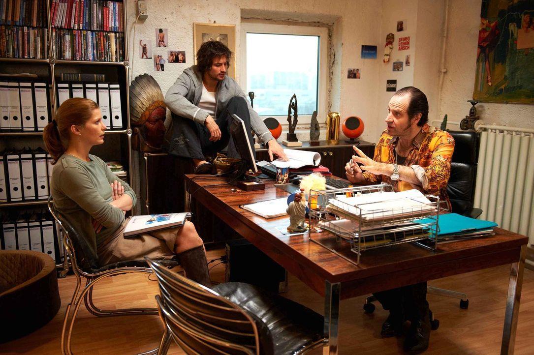 Bereits am ersten Tag wird Regisseur Volker (Helmfried von Lüttichau, r.) und Pornostar Roy, das Rohr (Tom Beck, M.) klar, dass die Besitzerin wider... - Bildquelle: Walter Wehner SAT.1