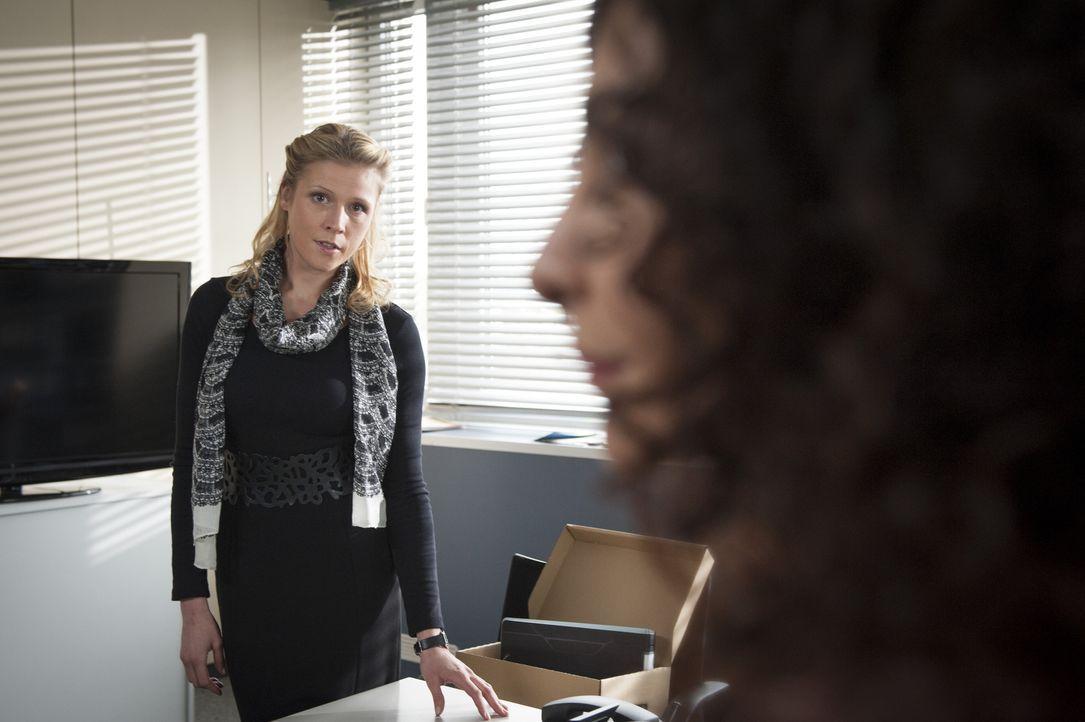Erst spät wird Steffi (Franziska Weisz, l.) klar, dass Tanja (Proschat Madani, r.) schon seit langem in Mick schwer verliebt ist ... - Bildquelle: Martin Rottenkolber SAT.1 / Martin Rottenkolber