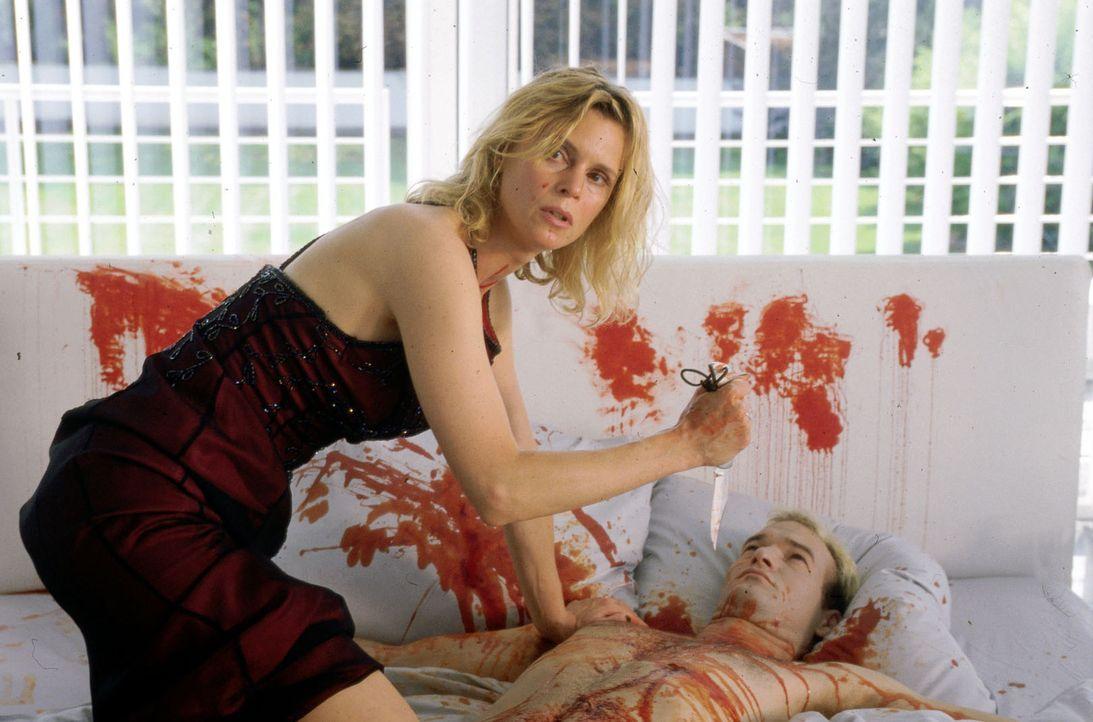 Die Kommissare kommen zu spät. Doris Büssow (Leslie Malton, l.) hat den Stricher umgebracht. - Bildquelle: Dobrivoie Kerpenisan Sat.1