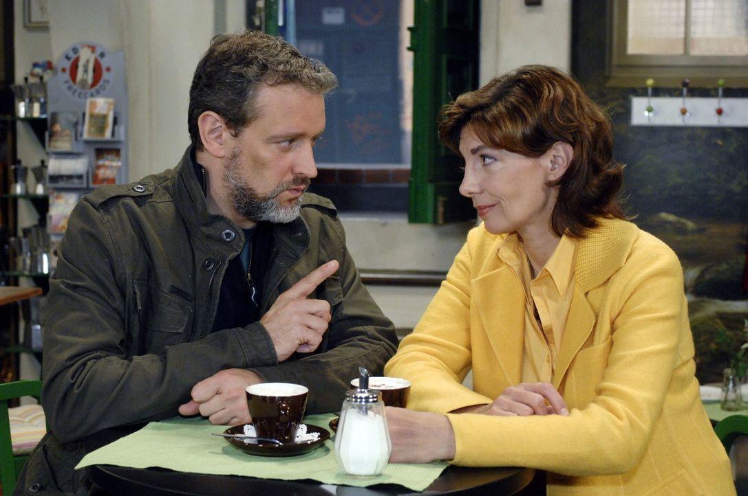 Ulrich (Wolfgang Wagner, l.) erzählt Steffi (Karin Kienzer, r.) von seinem Vorhaben, den Ex-Polizisten Jaecki aufzusuchen. - Bildquelle: Oliver Ziebe Sat.1
