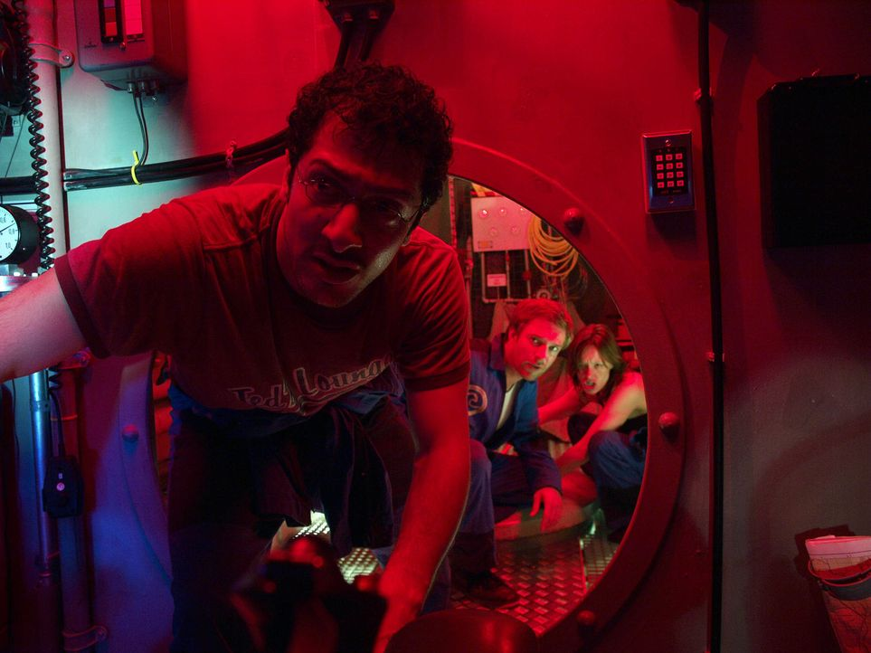 Im Wettlauf mit der Zeit: Eva (Lavinia Wilson, r.), Peter (Hubertus Grimm, M.) und Meeresbiologe Finn (Fahri Ogün Yardim, l.) tauchen in die dunklen... - Bildquelle: Gordon Timpen ProSieben