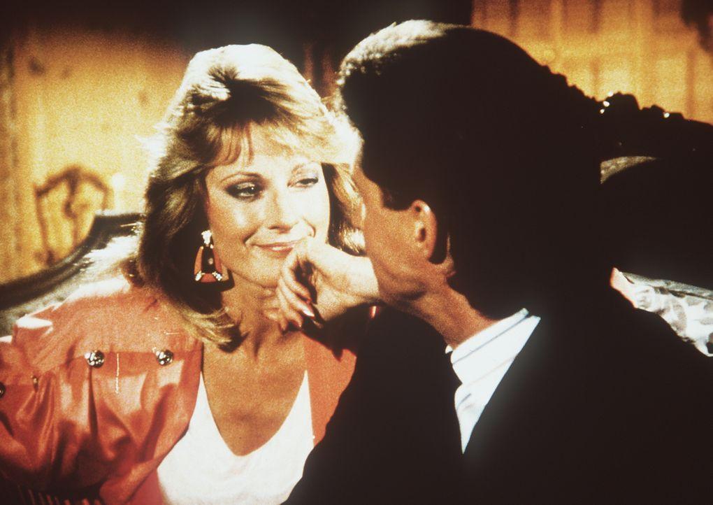 Mit der Millionärserbin Elisa Danton (June Chadwick, l.) hatte Lee (Bruce Boxleitner, r.) einst ein Verhältnis. Deshalb soll er jetzt herausfinden,...
