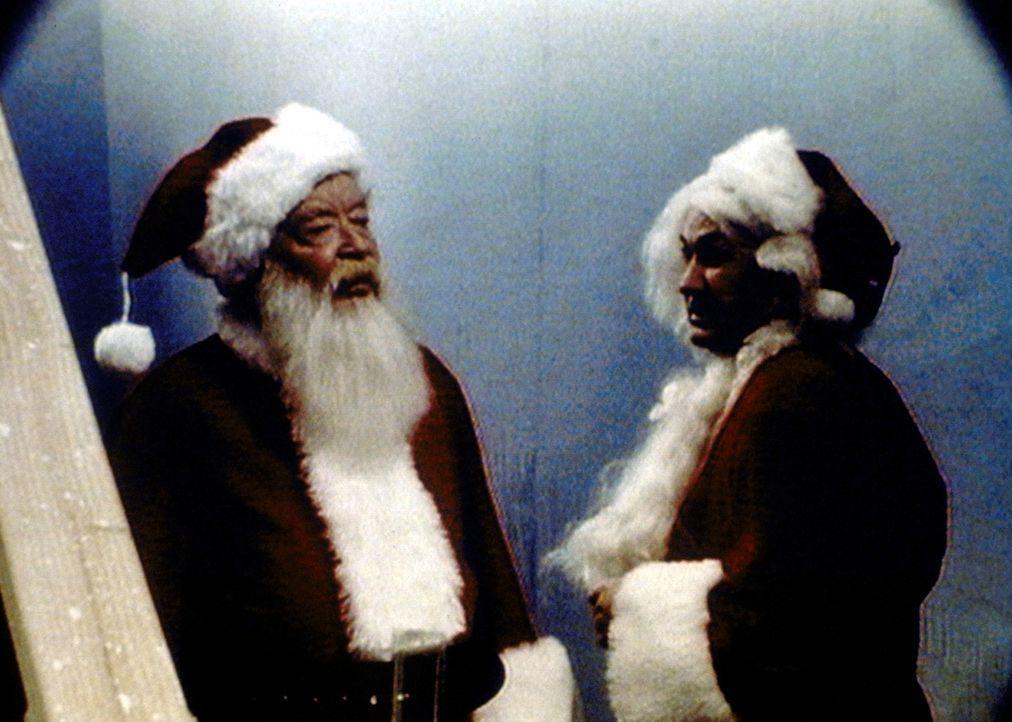 Santa (Bill Erwin, l.) teilt seinem Double mit, dass er der echte Weihnachtsmann ist. - Bildquelle: Paramount Pictures