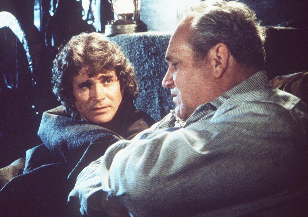Jack Prescott (Claude Earl Jones, r.) macht sich während einer Rast Gedanken darüber, was von ihm übrigbleiben wird, wenn er stirbt. Charles Ingalls... - Bildquelle: Worldvision