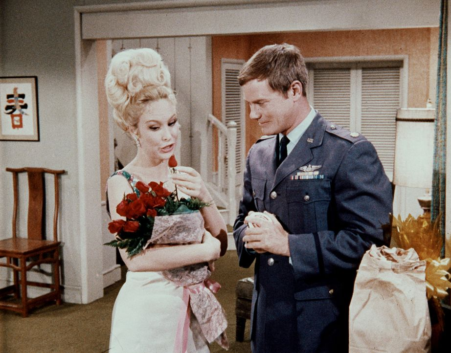 Jeannie (Barbara Eden, l.) genießt die von Tony (Larry Hagman, r.) ausgerichtete Geburtstagsparty, auch wenn noch Unklarheit über das richtige Gebur... - Bildquelle: Columbia Pictures