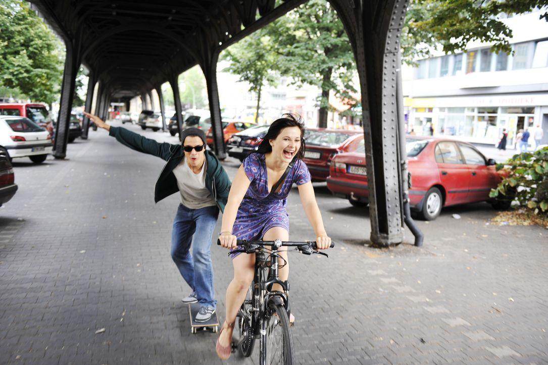 Chriz (Kostja Ullmann, l.) und Lila (Anna Fischer, r.) verstehen sich immer besser, wären da nicht überall Paparazzi ... - Bildquelle: Disney
