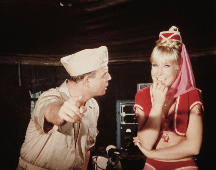 Jeannie (Barbara Eden, r.) besänftigt auf ihre Weise Commander Kiski (Don Rickles, l.), der ihren Meister so sehr peinigt. - Bildquelle: Columbia Pictures