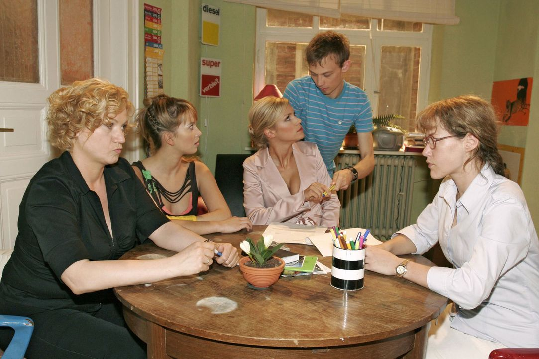 Lisas (Alexandra Neldel, r.), Agnes' (Susanne Szell, l.) und Hannahs (Laura Osswald, 2.v.l.) Plan scheint aufzugehen, als Jürgen (Oliver Bokern, 2.v... - Bildquelle: Noreen Flynn Sat.1