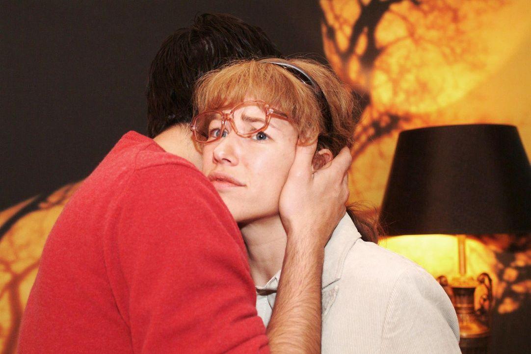 In seiner Freude über sein Glück mit Mariella drückt David (Mathis Künzler, l.) Lisa (Alexandra Neldel, r.) fest an sich. (Dieses Foto von Alexandra... - Bildquelle: Monika Schürle Sat.1