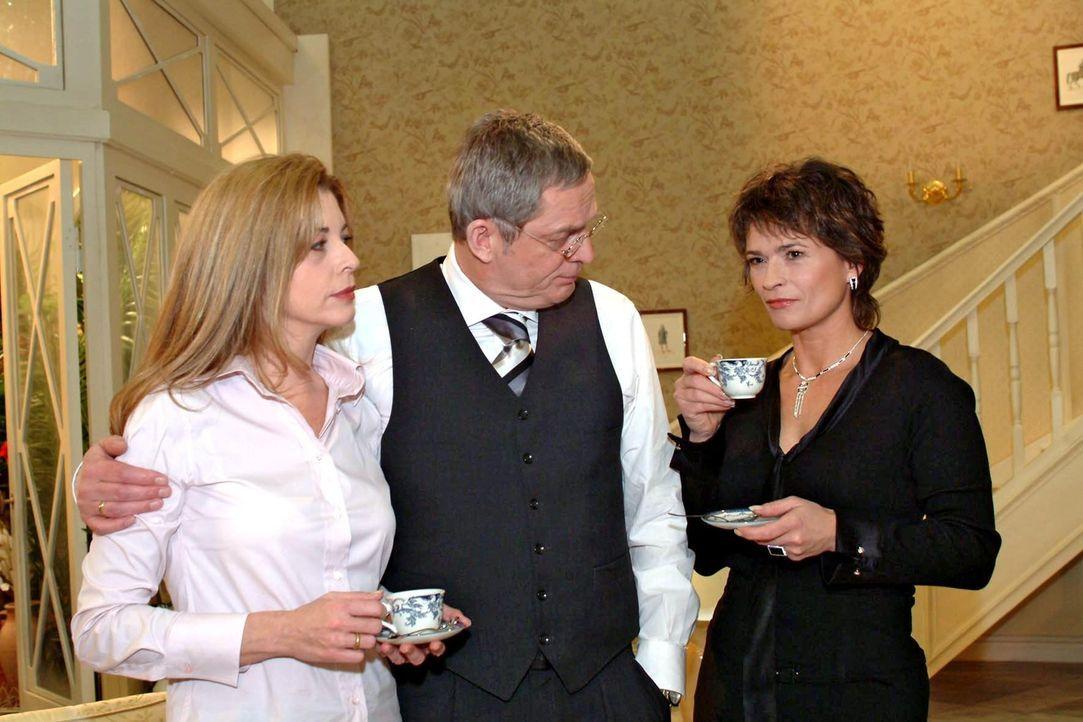 Sophie (Gabrielle Scharnitzky, r.) streut bewusst in einem Gespräch mit Friedrich (Wilhelm Manske, M.) und Laura (Olivia Pascal, l.) das Gerücht, da... - Bildquelle: Monika Schürle Sat.1