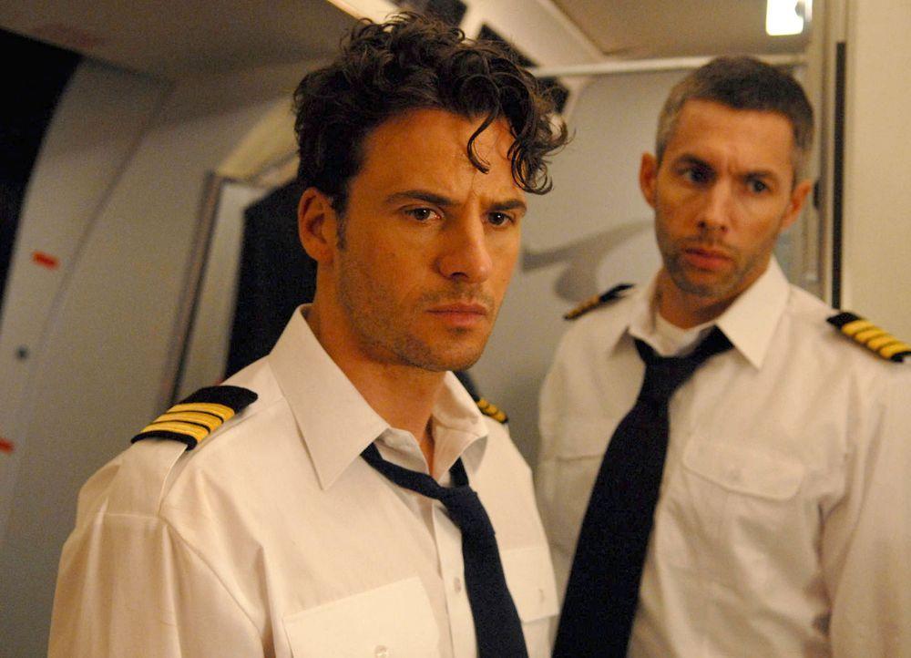 Eines Tages fliegen der Pilot Andreas Ballauf (Joram Voelklein, r.) und sein Co-Pilot Peter Keller (Stephan Luca, l.) nichtsahnend eine gefährliche... - Bildquelle: Kerstin Stelter ProSieben