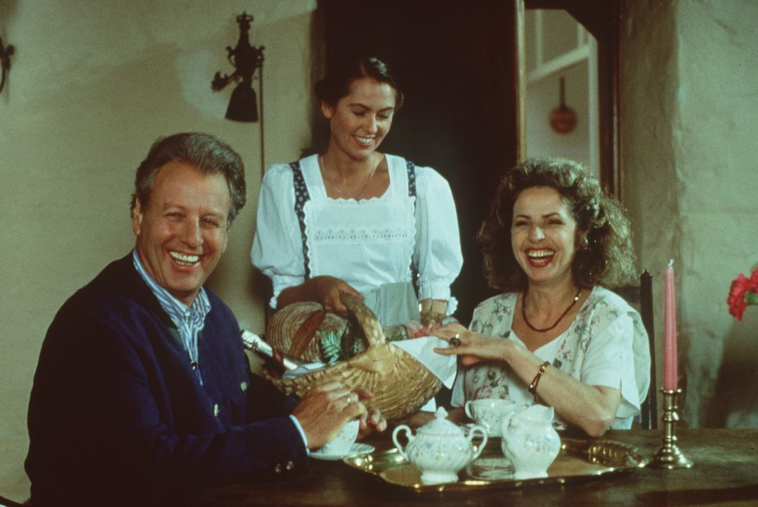 (v.l.n.r.) Dr. Thomas Burgner (Gerhart Lippert); Resi (Nini von Quast); Gräfin Alexandra von Brauneck (Michaela May) - Bildquelle: Beta Film GmbH