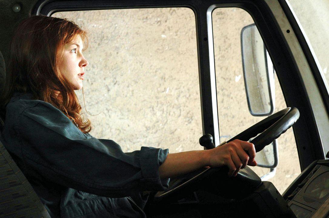 Katharina (Cordelia Wege) ist eine resolute junge Frau, die ihre eigene Schreinerei betreibt und sich im Falle eines Falles auch selbst hinters LKW-... - Bildquelle: Kerstin Stelter Sat.1