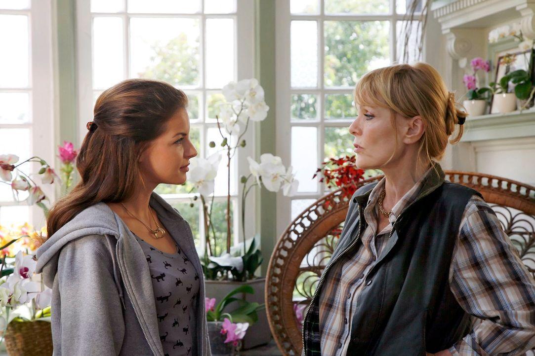 """Witwe Ingrid (Ingeborg Westphal, r.) macht es Katrina (Yvonne Catterfeld, l.) nicht leicht. Sie möchte den """"Eindringling"""" am liebsten so schnell wie... - Bildquelle: Georg Pauly Sat.1"""