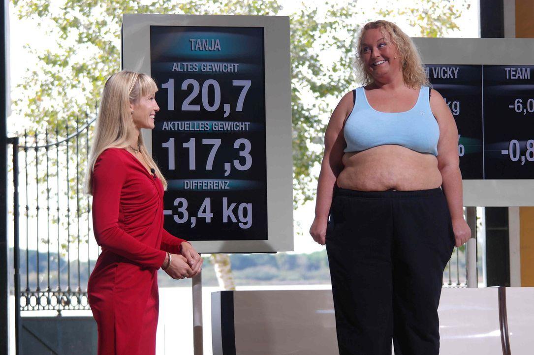 Unter der Anleitung von Dr. Christine Theiss (l.) versuchen die Kandidaten in zehn Wochen so viel Gewicht wie möglich abzunehmen. Schon nach den ers... - Bildquelle: Enrique Cano SAT.1