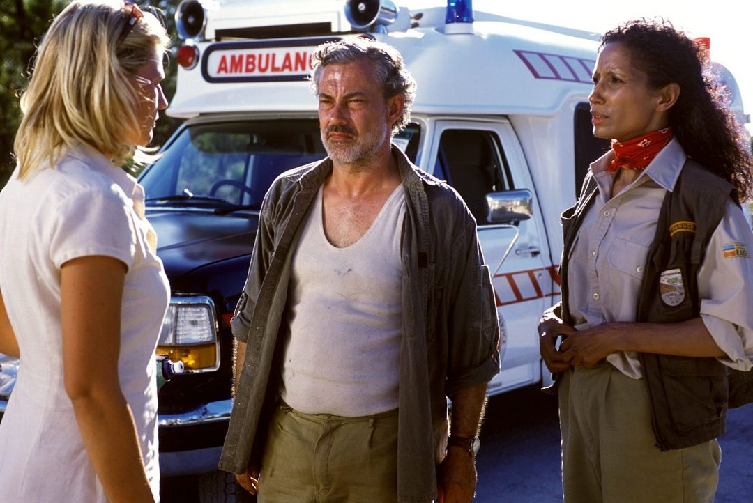 Steve (Rolf Kanies, M.) und Mathilda (Karin Boyd, r.) lassen sich von Elena (Sophie Schütt, l.) erklären, wie es zu Phils Autounfall kommen konnte -... - Bildquelle: Megan Lewis Sat.1