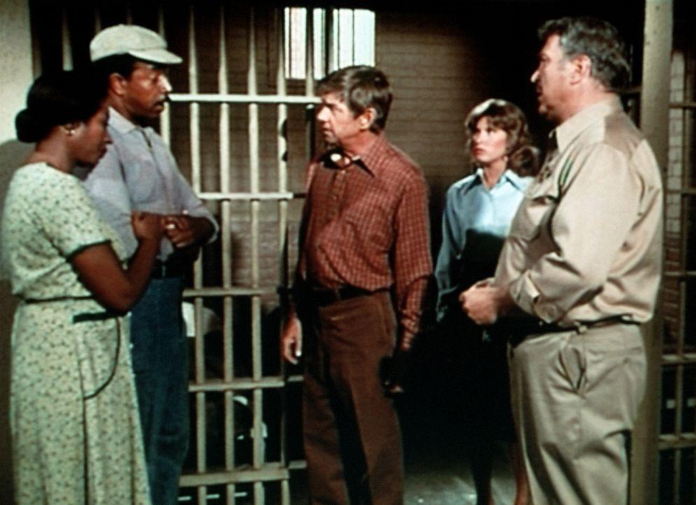 Familienoberhaupt John Walton (Ralph Waite, M.) versucht alles, um die Unschuld seines Freundes und Gehilfen Harley zu beweisen ... - Bildquelle: WARNER BROS. INTERNATIONAL TELEVISION